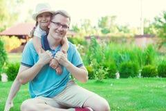 Portrait de jeune père heureux avec sa fille assez petite h Photos libres de droits