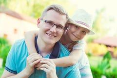 Portrait de jeune père heureux avec sa fille assez petite h Photo stock