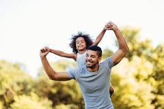 Portrait de jeune p?re ramenant sa fille sur le sien photographie stock libre de droits
