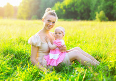 Portrait de jeune petite fille heureuse de mère et de bébé Photo libre de droits