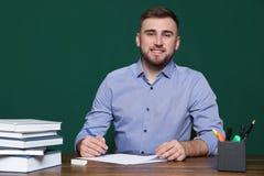 Portrait de jeune professeur à la table photographie stock libre de droits