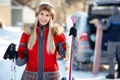 Portrait de jeune skieur féminin sur la montagne Photo libre de droits