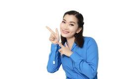 Portrait de jeune sourire heureux de femme d'affaires de l'Asie d'isolement sur le wh photographie stock libre de droits