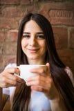 Portrait de jeune thé potable femelle magnifique dans le café images stock