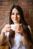 Portrait de jeune thé potable femelle magnifique dans le café images libres de droits