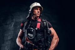 Portrait de jeune travailleur fort avec le masque ? oxyg?ne photo stock