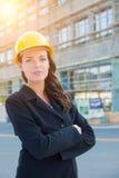 Portrait de jeune usage femelle professionnel attrayant d'entrepreneur image stock