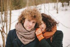 Portrait de jeunes ajouter de sourire aux cheveux bouclés dans des avants d'hiver Images libres de droits