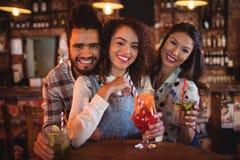 Portrait de jeunes amis ayant des boissons Photographie stock libre de droits