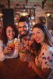 Portrait de jeunes amis ayant des boissons Images stock