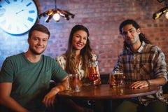 Portrait de jeunes amis ayant la boisson de cocktail Photo libre de droits