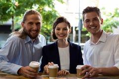 Portrait de jeunes amis ayant le café Image stock