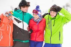 Portrait de jeunes amis dans l'habillement chaud dehors Image libre de droits