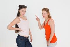 Portrait de jeunes amis féminins fâchés ayant un argument image stock