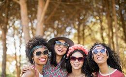 Portrait de jeunes amis féminins heureux Image libre de droits