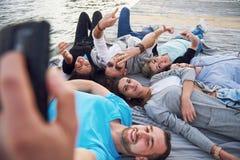 Portrait de jeunes amis heureux faisant le selfie Photos libres de droits