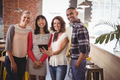 Portrait de jeunes amis se tenant avec le comprimé numérique Image libre de droits