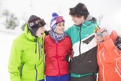 Portrait de jeunes amis se tenant ensemble dans la neige Photo stock