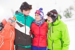 Portrait de jeunes amis se tenant ensemble dans la neige Images libres de droits