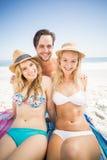 Portrait de jeunes amis sur la plage Photo stock