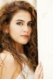 Portrait de jeunes beaux cheveux bruns onduleux modèles femelles image libre de droits