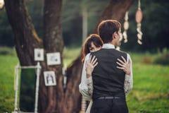 Portrait de jeunes beaux couples heureux sur la nature images stock