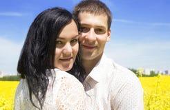 Portrait de jeunes beaux couples heureux sur le ciel bleu Photo stock