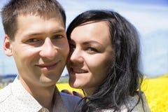 Portrait de jeunes beaux couples heureux sur le ciel bleu Image libre de droits