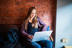 Portrait de jeunes belles femmes d'affaires appréciant le café pendant le travail sur l'ordinateur portable portatif, utilisation Image stock