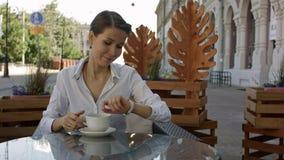 Portrait de jeunes belles femmes d'affaires appréciant le café tout en se reposant dans l'intérieur de barre de café pendant le p Image libre de droits