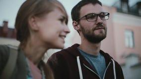 Portrait de jeunes couples élégants se tenant au centre et à parler de la ville Amis passant le temps ensemble au centre de la vi banque de vidéos