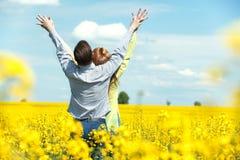 Portrait de jeunes couples attrayants dans l'amour dehors Photos stock
