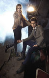 Portrait de jeunes couples à côté du moteur Photographie stock libre de droits