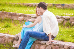 Portrait de jeunes couples caucasiens montrant leur intimité et Se Images stock