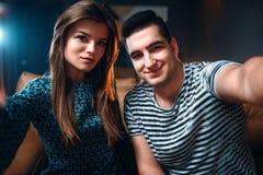 Portrait de jeunes couples d'amour dans la boîte de nuit Photos libres de droits