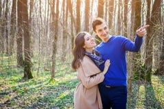 Portrait de jeunes couples d'amour dans la forêt Photo libre de droits
