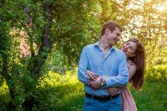 Portrait de jeunes couples d'amour dans la forêt Images libres de droits