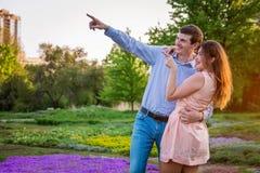 Portrait de jeunes couples d'amour dans la forêt Photographie stock