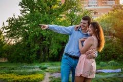Portrait de jeunes couples d'amour dans la forêt Image stock