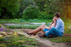Portrait de jeunes couples d'amour dans la forêt Photo stock