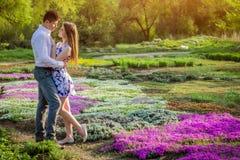 Portrait de jeunes couples d'amour dans le jardin Images libres de droits