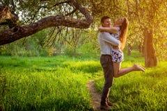 Portrait de jeunes couples d'amour dans le jardin Image stock