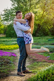 Portrait de jeunes couples d'amour dans le jardin Photo stock