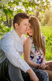 Portrait de jeunes couples d'amour dans le jardin Photographie stock
