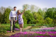 Portrait de jeunes couples d'amour dans le jardin Photographie stock libre de droits