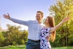 Portrait de jeunes couples d'amour dans le jardin Photos stock