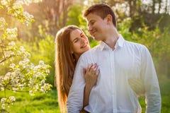 Portrait de jeunes couples d'amour dans le jardin Photo libre de droits