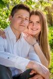 Portrait de jeunes couples d'amour dans le jardin Photos libres de droits