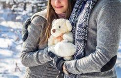 Portrait de jeunes couples dans l'amour avec l'ours de nounours Photographie stock libre de droits
