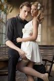 Portrait de jeunes couples dans la pose d'amour Photos libres de droits